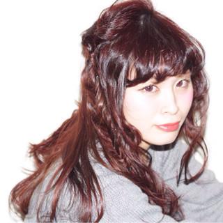 レッド ロング フィッシュボーン ピンク ヘアスタイルや髪型の写真・画像