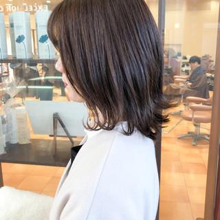 カーキ 外ハネボブ ミディアム ナチュラル ヘアスタイルや髪型の写真・画像