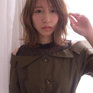 ミディアム 透明感 似合わせカット ゆる巻き ヘアスタイルや髪型の写真・画像