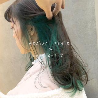 デザインカラー インナーグリーン ミディアム インナーカラー ヘアスタイルや髪型の写真・画像