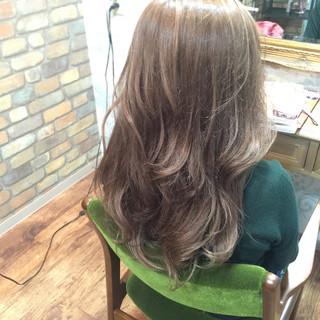シルバー セミロング グレージュ ダブルカラー ヘアスタイルや髪型の写真・画像