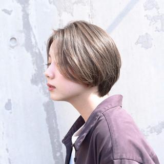 ショート ストレート グレージュ 前髪あり ヘアスタイルや髪型の写真・画像
