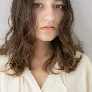 ハイライト ミディアム レイヤーカット ヌーディベージュ ヘアスタイルや髪型の写真・画像