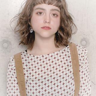 フェミニン アンニュイほつれヘア グレージュ ボブ ヘアスタイルや髪型の写真・画像