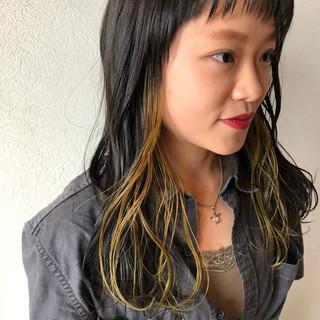 インナーカラー イエローアッシュ イエロー セミロング ヘアスタイルや髪型の写真・画像
