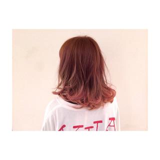 ハイライト ピンク ミディアム 波ウェーブ ヘアスタイルや髪型の写真・画像