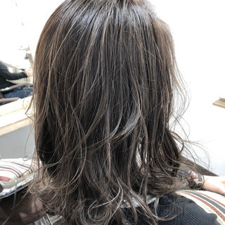 ナチュラル コントラストハイライト シルバー ブリーチカラー ヘアスタイルや髪型の写真・画像