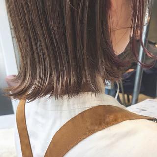 ミルクティーベージュ oggiotto 切りっぱなしボブ インナーピンク ヘアスタイルや髪型の写真・画像