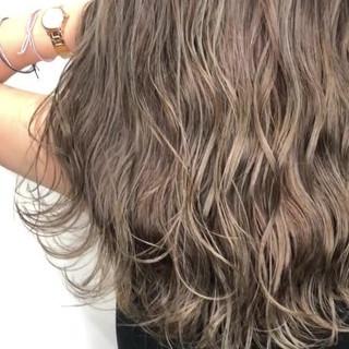 グレージュ セミロング 外国人風カラー グラデーションカラー ヘアスタイルや髪型の写真・画像