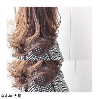 ウェーブ ナチュラル 透明感 アッシュベージュ ヘアスタイルや髪型の写真・画像