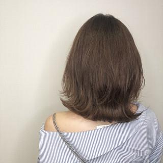 ミディアム アッシュグレージュ フェミニン ミディアムヘアー ヘアスタイルや髪型の写真・画像