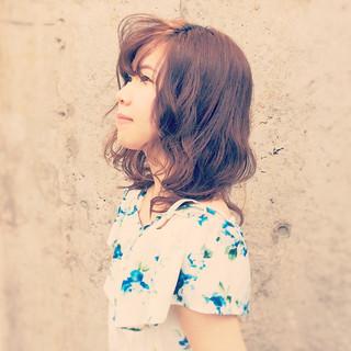 前髪あり ミディアム フェミニン パーマ ヘアスタイルや髪型の写真・画像