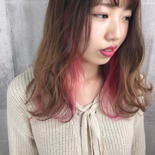 ベージュ インナーカラー インナーピンク ナチュラル ヘアスタイルや髪型の写真・画像