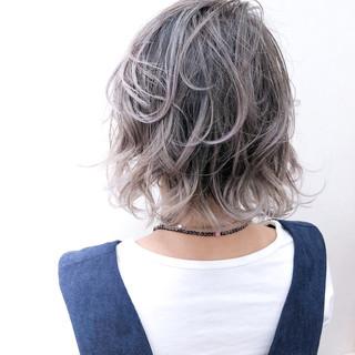 外ハネ ゆるふわ ホワイト ハイライト ヘアスタイルや髪型の写真・画像
