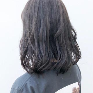 アッシュグレー デート ミディアム ナチュラル ヘアスタイルや髪型の写真・画像