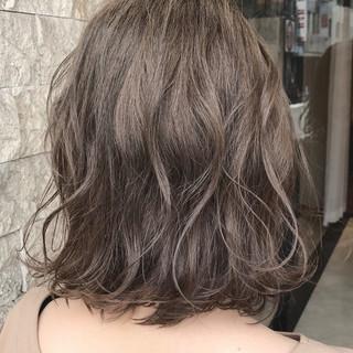 アッシュベージュ 切りっぱなし ボブ フェミニン ヘアスタイルや髪型の写真・画像