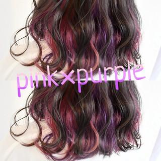 インナーカラーパープル インナーピンク ガーリー インナーカラー ヘアスタイルや髪型の写真・画像