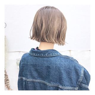 ハイトーン 外ハネ ナチュラル 切りっぱなしボブ ヘアスタイルや髪型の写真・画像