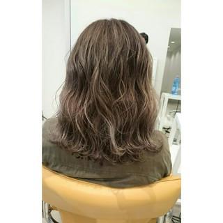 ミディアム ブラウン 波ウェーブ 外国人風 ヘアスタイルや髪型の写真・画像