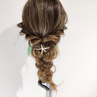海映えするヘアアレンジ。簡単で崩れにくいまとめ髪がおすすめ