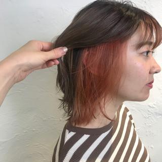 ピンクベージュ インナーカラーオレンジ ミルクティーベージュ ボブ ヘアスタイルや髪型の写真・画像