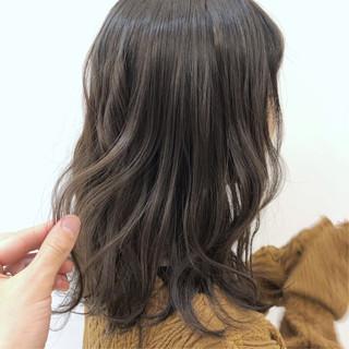 グレージュ アンニュイほつれヘア セミロング フェミニン ヘアスタイルや髪型の写真・画像