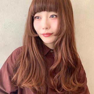ガーリー ピンクベージュ ぱっつん 波ウェーブ ヘアスタイルや髪型の写真・画像