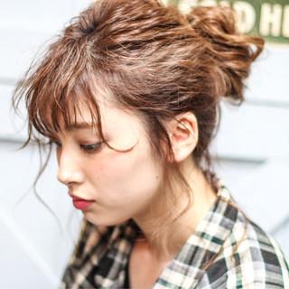 簡単ヘアアレンジ ショート ガーリー メッシーバン ヘアスタイルや髪型の写真・画像