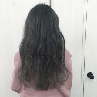 シルバー グレージュ アッシュ ロング ヘアスタイルや髪型の写真・画像