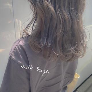 ミルクティーグレー ミルクティーアッシュ セミロング ミルクティーグレージュ ヘアスタイルや髪型の写真・画像