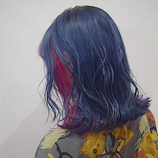 派手髪 ビビッドカラー インナーカラー ネイビー ヘアスタイルや髪型の写真・画像
