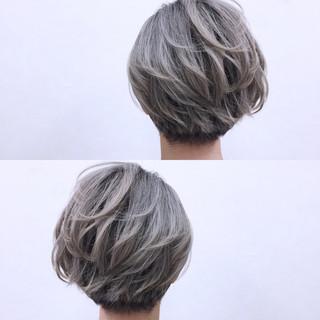 刈り上げ ショート ストレート ハイトーン ヘアスタイルや髪型の写真・画像