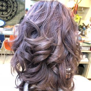 グレージュ ゆるふわ セミロング ブリーチ ヘアスタイルや髪型の写真・画像