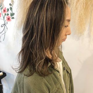 アッシュグレージュ ブリーチ ナチュラル ハイライト ヘアスタイルや髪型の写真・画像