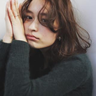 ミディアム アンニュイ グラデーションカラー ナチュラル ヘアスタイルや髪型の写真・画像
