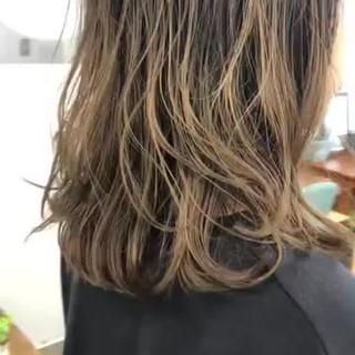 ミディアム アウトドア オフィス フェミニン ヘアスタイルや髪型の写真・画像