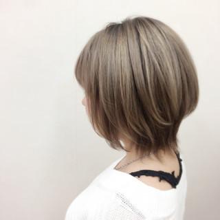 ショート ミルクティー かっこいい ハイトーン ヘアスタイルや髪型の写真・画像