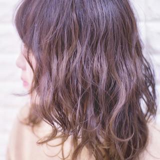 波ウェーブ グレージュ ミディアム アンニュイほつれヘア ヘアスタイルや髪型の写真・画像