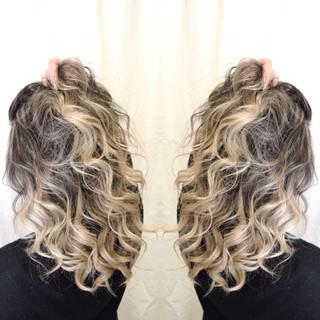 ホワイトベージュ グラデーションカラー セミロング コントラストハイライト ヘアスタイルや髪型の写真・画像