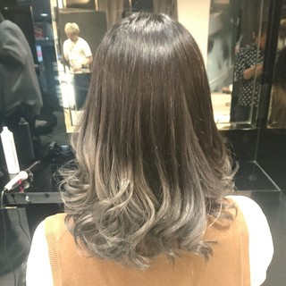 モード ミディアム グラデーションカラー グレージュ ヘアスタイルや髪型の写真・画像