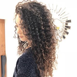 ロング バレイヤージュ パーマ ストリート ヘアスタイルや髪型の写真・画像 ヘアスタイルや髪型の写真・画像