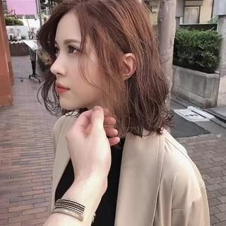 アッシュグレージュ オリーブベージュ ナチュラル セミロング ヘアスタイルや髪型の写真・画像
