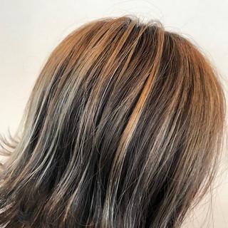 ミディアム ハイライト 外ハネ ヌーディベージュ ヘアスタイルや髪型の写真・画像