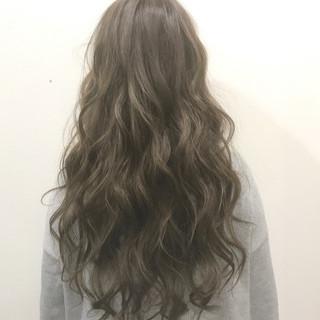 アッシュ 透明感 ウェーブ アンニュイ ヘアスタイルや髪型の写真・画像