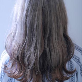 外国人風カラー ダブルカラー インナーカラー グレーアッシュ ヘアスタイルや髪型の写真・画像