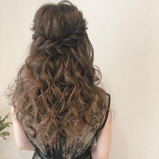 ハーフアップ フェミニン ねじり ブライダル ヘアスタイルや髪型の写真・画像