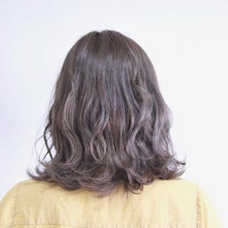 フェミニン ハイライト 波ウェーブ ミディアム ヘアスタイルや髪型の写真・画像