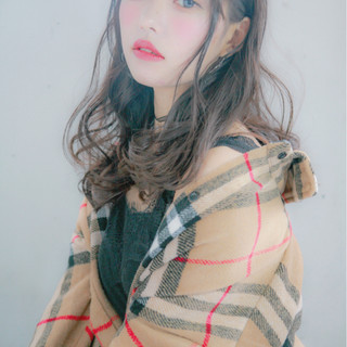 フェミニン ミディアム 艶髪 グレージュ ヘアスタイルや髪型の写真・画像