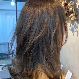 オリーブカラー ミディアム ほつれウエーブ ナチュラル ヘアスタイルや髪型の写真・画像
