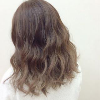 ミディアム フェミニン グラデーションカラー アッシュ ヘアスタイルや髪型の写真・画像
